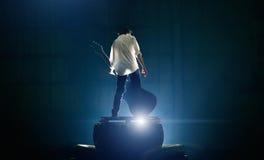 Κιθαρίστας στο σκηνικό παιχνίδι με μεγάλο ηλεκτρικό στοκ φωτογραφίες με δικαίωμα ελεύθερης χρήσης