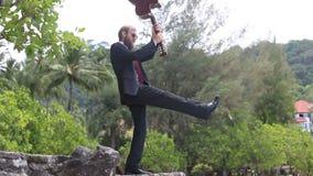 Κιθαρίστας gesticulates ενάντια στα τροπικά δέντρα απόθεμα βίντεο