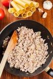 Κιμάς που τηγανίζεται με τα κρεμμύδια και το σκόρδο στο τηγανίζοντας τηγάνι prep στοκ εικόνες