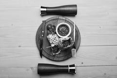 Κιμάς που τυλίγεται με το ψωμί lavash στο κίτρινο ξύλινο υπόβαθρο Flatbread με την πλήρωση χοιρινού κρέατος ή κοτόπουλου και το κ Στοκ φωτογραφία με δικαίωμα ελεύθερης χρήσης