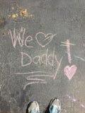 Κιμωλία αγαπάμε τον μπαμπά με τα παπούτσια Στοκ Εικόνες