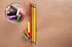Κιμωλία και μολύβι χρώματος σε χαρτί στοκ φωτογραφία