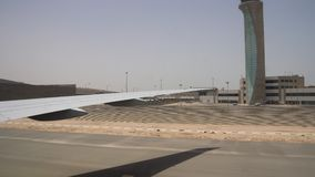 Κινήσεις αεροπλάνων άφιξης σε έναν μεγάλο αερολιμένα στην έρημο Φωτεινός ήλιος και σαφής ουρανός overboard απόθεμα βίντεο