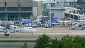Κινήσεις αεροπλάνων στον τροχόδρομο Μια άλλη προσγείωση αεροπλάνων απόθεμα βίντεο