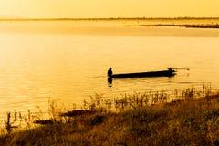 Κινήσεις απομονωμένες ψαράδων έξω σε μια λίμνη Στοκ φωτογραφία με δικαίωμα ελεύθερης χρήσης
