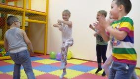 Κινήσεις διασκέδασης μικρών παιδιών απόθεμα βίντεο