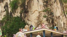 Κινήσεις καμερών από τη στέγη περίπτερων στο άγαλμα Muragan στις σπηλιές Batu απόθεμα βίντεο