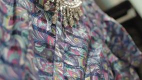 Κινήσεις καμερών επάνω κατά μήκος του φωτεινού ρόδινου φορέματος με τα θαυμάσια σχέδια φιλμ μικρού μήκους