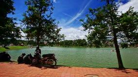 Κινήσεις καμερών κατά μήκος του αναχώματος λιμνών πάρκων μετά από την παραλία βαρκών αποβαθρών απόθεμα βίντεο