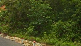 Κινήσεις καμερών κατά μήκος του δρόμου ασφάλτου μετά από τις τροπικές εγκαταστάσεις λόφων απόθεμα βίντεο