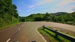 Κινήσεις καμερών κατά μήκος του δρόμου Curvy χώρας μεταξύ του λοφώδους τοπίου απόθεμα βίντεο
