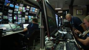 Κινήσεις καμερών κατά μήκος του στούντιο και των εργαζομένων παραγωγής απόθεμα βίντεο