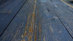 Κινήσεις καμερών κατά μήκος των ηλικίας ξύλινων πινάκων, που χρωματίζονται σε μπλε ναυτικό φιλμ μικρού μήκους