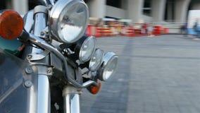 Κινήσεις καμερών κινηματογραφήσεων σε πρώτο πλάνο γύρω από την ισχυρή μοτοσικλέτα στο τετράγωνο πόλεων απόθεμα βίντεο