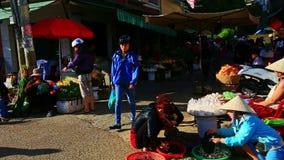 Κινήσεις καμερών μεταξύ των μηχανικών δίκυκλων κατά μήκος της αγοράς στο πεζοδρόμιο οδών απόθεμα βίντεο