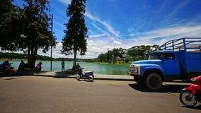 Κινήσεις καμερών με τα μηχανικά δίκυκλα κατά μήκος του δρόμου μετά από το ανάχωμα λιμνών πάρκων απόθεμα βίντεο