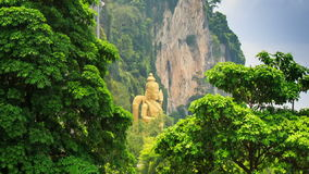 Κινήσεις καμερών προς το άγαλμα Muragan από τα βουνά στις σπηλιές Batu απόθεμα βίντεο