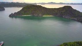 Κινήσεις κηφήνων προς το όμορφο πράσινο νησί με τις παραλίες άμμου στον κόλπο απόθεμα βίντεο
