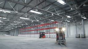 Κινήσεις μηχανών φορτίου στην ευρύχωρη αποθήκη εμπορευμάτων φιλμ μικρού μήκους
