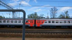 Κινήσεις τραίνων επάνω στο σιδηροδρομικό σταθμό απόθεμα βίντεο