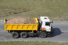 Κινήσεις φορτηγών απορρίψεων σε έναν δρόμο ασφάλτου στοκ εικόνες