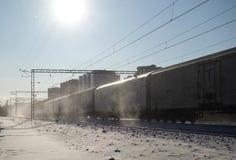 Κινήσεις φορτηγών τρένων με υψηλή ταχύτητα το χειμώνα μετά από τις βαριές χιονοπτώσεις Μερικώς μικρή θαμπάδα κινήσεων Ρωσία στοκ φωτογραφία