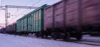 Κινήσεις φορτηγών τρένων με υψηλή ταχύτητα το χειμώνα μετά από τις βαριές χιονοπτώσεις Μερικώς μικρή θαμπάδα κινήσεων Ρωσία στοκ φωτογραφίες
