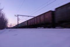 Κινήσεις φορτηγών τρένων με υψηλή ταχύτητα το χειμώνα μετά από τις βαριές χιονοπτώσεις Μερικώς μικρή θαμπάδα κινήσεων Ρωσία στοκ εικόνα με δικαίωμα ελεύθερης χρήσης