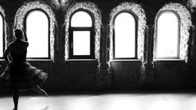 Κινήσεις χορού άσκησης Ballerina στο στούντιο μπαλέτου απόθεμα βίντεο