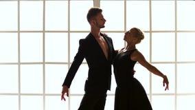 Κινήσεις χορού τραίνων ζευγών μπαλέτου φιλμ μικρού μήκους