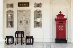 Κινεζικά έπιπλα και ταχυδρομικό κουτί Στοκ εικόνα με δικαίωμα ελεύθερης χρήσης