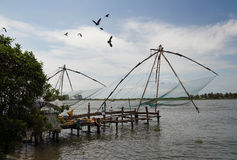 Κινεζικά δίχτυα του ψαρέματος σε Cochin (Kochin) της Ινδίας Στοκ φωτογραφίες με δικαίωμα ελεύθερης χρήσης