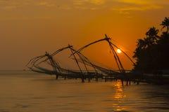 Κινεζικά δίχτυα του ψαρέματος στο ηλιοβασίλεμα Στοκ εικόνα με δικαίωμα ελεύθερης χρήσης