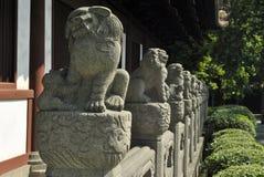 Κινεζικά αγάλματα λιονταριών που οδηγούν τα μάτια στην απόσταση Στοκ Φωτογραφία