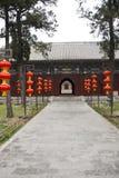 Κινεζικά αρχαία κτήρια κυπαρισσιών, κόκκινα φανάρια Στοκ Εικόνες