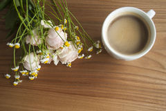 Κινεζικά αυξήθηκε και ανθοδέσμη μαργαριτών με έναν καφέ Στοκ Εικόνες