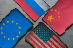 Κινεζικά, ευρωπαϊκά, ρωσικά και αμερικανικές σημαίες στοκ φωτογραφία