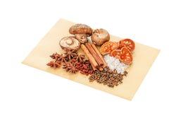 Κινεζικά καρυκεύματα, χορτάρι και συστατικά για το μαγείρεμα της σούπας ή του medinci Στοκ φωτογραφίες με δικαίωμα ελεύθερης χρήσης