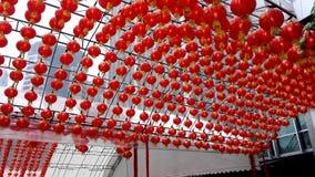 Κινεζικά κόκκινα φανάρια πέρα από το ανώτατο υπαίθριο φως της ημέρας απόθεμα βίντεο
