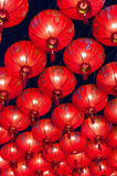 Κινεζικά κόκκινα φανάρια που κρεμούν στην οδό τη νύχτα για τη διακόσμηση κατά τη διάρκεια του κινεζικού νέου φεστιβάλ έτους σε Ch Στοκ Εικόνα