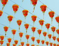 Κινεζικά κόκκινα φανάρια που κρεμούν στο μπλε ουρανό Στοκ εικόνες με δικαίωμα ελεύθερης χρήσης