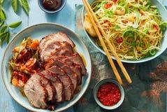 Κινεζικά κύπελλο νουντλς και χοιρινό κρέας ψητού με τις σάλτσες στοκ φωτογραφίες με δικαίωμα ελεύθερης χρήσης