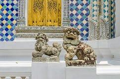 Κινεζικά λιοντάρια φυλάκων στην είσοδο ένα από τα κτήρια μέσα στο μεγάλο παλάτι στη Μπανγκόκ, Ταϊλάνδη στοκ φωτογραφίες