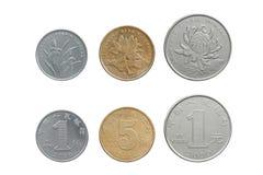 Κινεζικά νομίσματα Yuan που τίθενται και στην δύο πλευρά που απομονώνεται στο λευκό Στοκ Φωτογραφία
