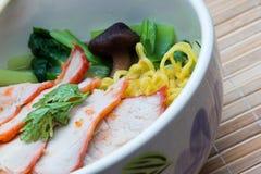 Κινεζικά νουντλς αυγών με το κόκκινο χοιρινό κρέας Στοκ Εικόνες