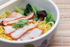 Κινεζικά νουντλς αυγών με το κόκκινο χοιρινό κρέας Στοκ φωτογραφίες με δικαίωμα ελεύθερης χρήσης