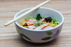 Κινεζικά νουντλς αυγών με το κόκκινο χοιρινό κρέας Στοκ εικόνες με δικαίωμα ελεύθερης χρήσης