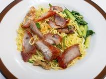 Κινεζικά νουντλς, μια από την Καντώνα κινεζική κουζίνα που εξυπηρετείται ξηρά με το ψημένο χοιρινό κρέας στοκ φωτογραφίες με δικαίωμα ελεύθερης χρήσης