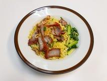 Κινεζικά νουντλς, μια από την Καντώνα κινεζική κουζίνα που εξυπηρετείται ξηρά με το ψημένο χοιρινό κρέας στοκ εικόνες