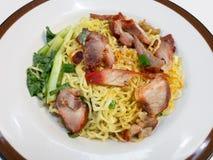 Κινεζικά νουντλς, μια από την Καντώνα κινεζική κουζίνα που εξυπηρετείται ξηρά με το ψημένο χοιρινό κρέας στοκ φωτογραφία